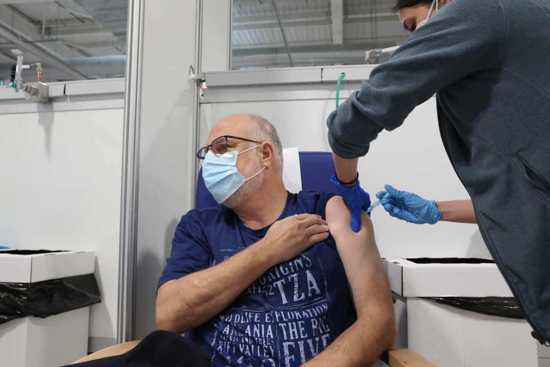 Una trabajadora sanitaria administra una vacuna contra el Covid-19 en el Hospital Isabel Zendal