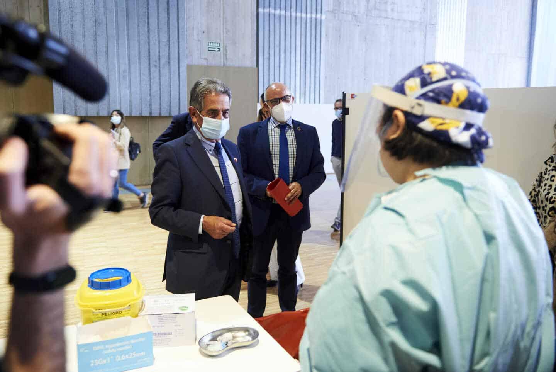 El presidente de Cantabria, Miguel Ángel Revilla,en un centro de vacunación en Santander.
