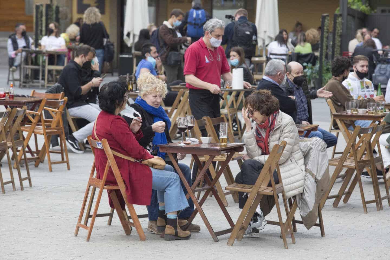 Una terraza llena de gente durante el primer día del puente de Semana Santa, en Gijón, Asturias