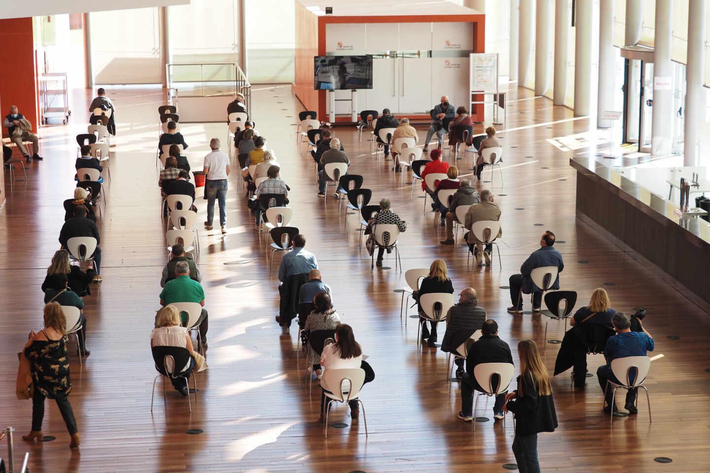 Una fila de persona esperan para recibir la vacuna contra el Covid-19, en Valladolid.