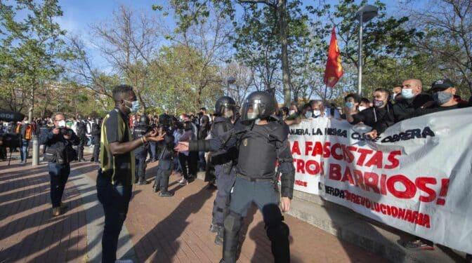 Vox en Vallecas: Los polos se atraen en la Plaza Roja