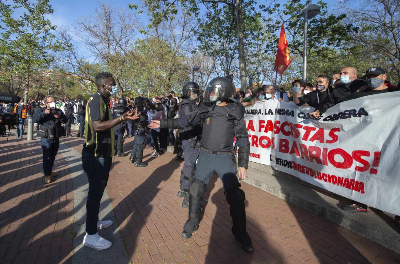 Bertrand Ndongo de VOX frente a los manifestantes antifascistas. Alberto Ortega / Europa Press