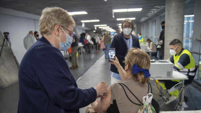Una trabajadora sanitaria administra la primera dosis de la vacuna AstraZeneca contra el Covid-19 a una persona en el Wizink Center