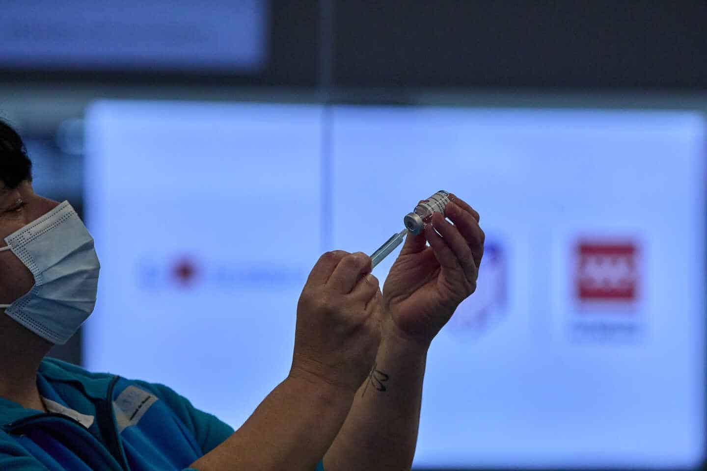 Una sanitaria maneja una vacuna de AstraZeneca en el Wanda Metropolitano.