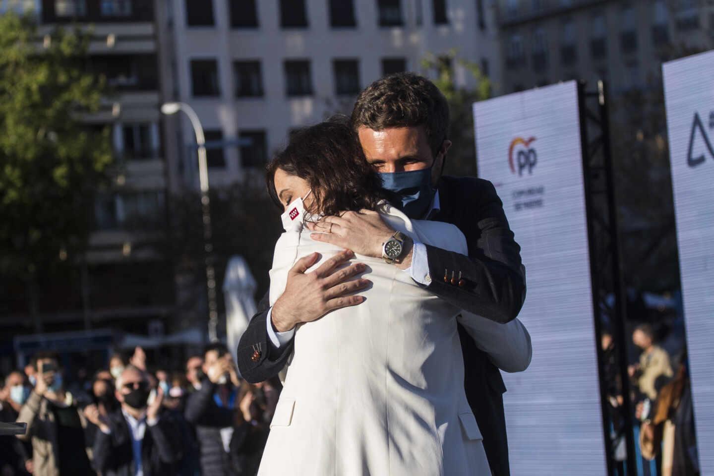 Ayuso y Casado se abrazan en el mitin de Madrid de inicio de la campaña del 4-M.