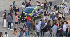 Cuatro jóvenes congregan a una multitud tras hacer 'puenting' en el Guadalquivir