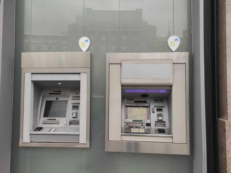 Dos cajeros de CaixaBank con el distintivo de Bankia en Madrid.