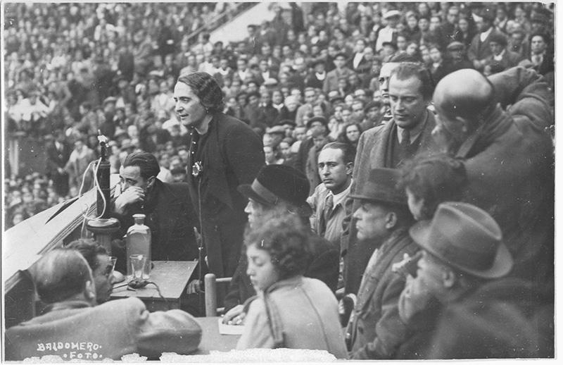 Dolores Ibárruri, La Pasionaria, junto a Rafael Alberti en un mitin en la Plaza de toros de Madrid en febrero de 1936