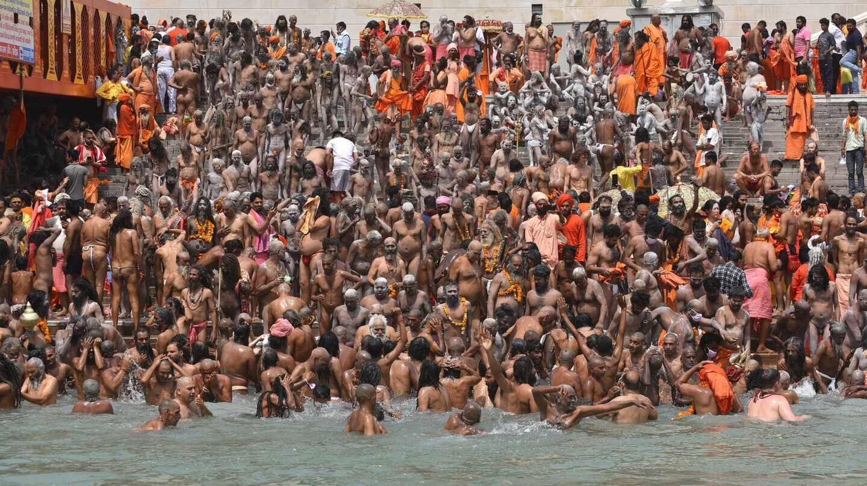 Cientos de personas participaron el fin de semana en el peregrinaje de kumbhamela mientras la curva de contagios se dispara en la India