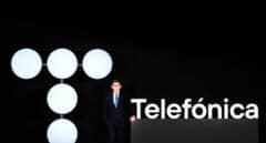 El presidente de Telefónica, Álvarez-Pallete, en la junta de accionistas de 2021 posa con el nuevo logo