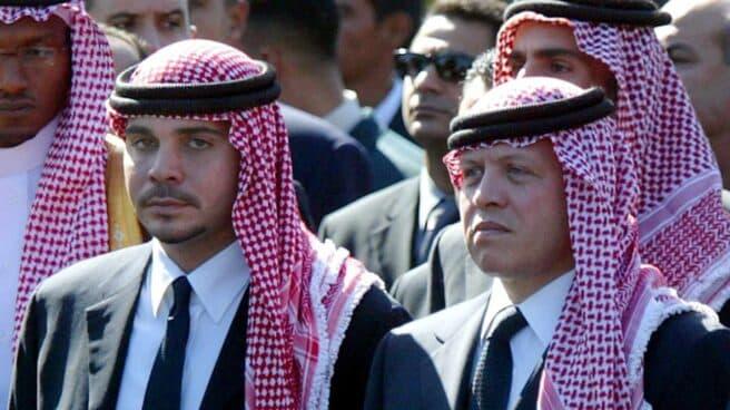 El rey Abdalá de Jordania, dcha, junto a su hermano, el príncipe Hamzah