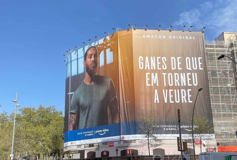 Ramos y Amazon emulan a Laporta con una lona en Barcelona