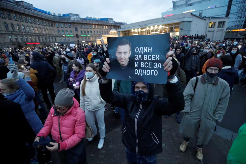Ciudadanos rusos se manifiestan en San Petersburgo contra el encarcelamiento de Alexei Navalni