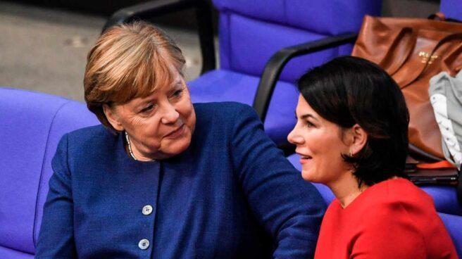 La canciller, Angela Merkel, junto a la líder de los Verdes, Annalena Baerbock, en el Parlamento federal