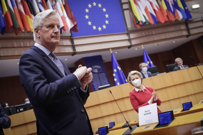 El negociador en jefe europeo para el Brexit, Michel Barnier,recibe el aplauso de la Eurocámara