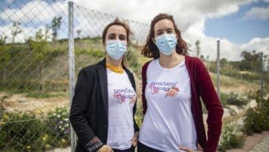 """""""Demasiados señoros"""", la camiseta feminista que triunfa en la campaña de Mónica García"""