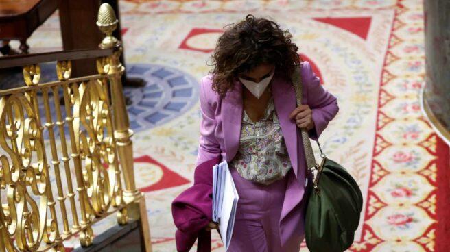 La ministra de Hacienda y portavoz del Gobierno, María Jesús Montero, a su salida del pleno del Congreso, este miércoles.