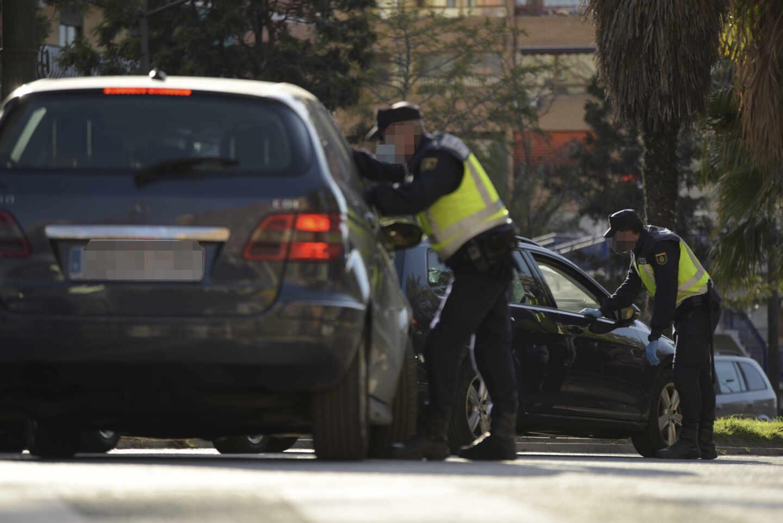 Control de la Policía Nacional en una carretera de la Comunidad Valenciana durante el estado de alarma.