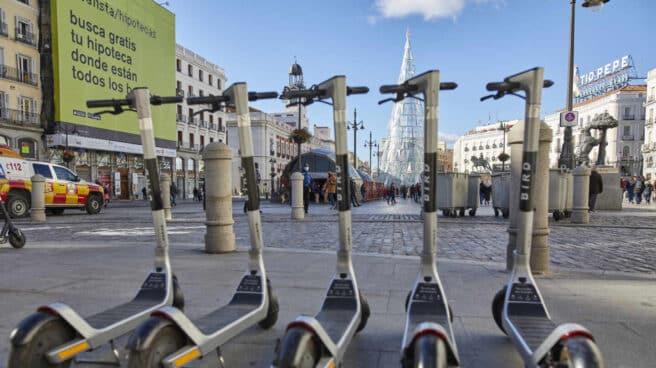 Imagen de cinco patinetes eléctricos en Madrid