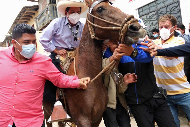 El maestro Pedro Castillo, a caballo, ganador de la primera vuelta en Perú