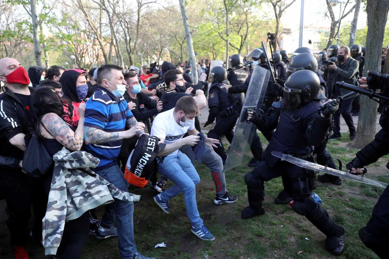 La Policía Nacional carga contra los violentos en el mitin de Vox en Vallecas.