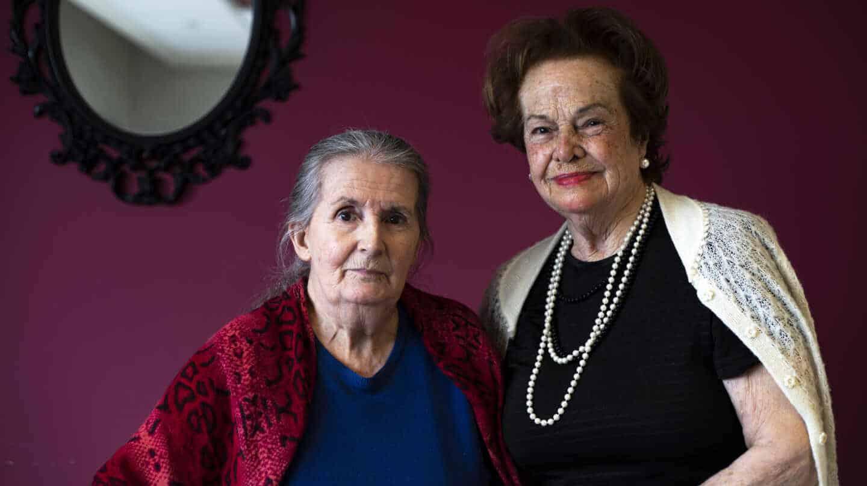 Elena y Puri, en la residencia Los Robles, de Madrid, donde han pasado el último año sin poder salir