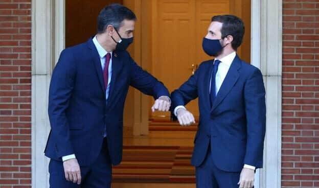 Pedro Sánchez y Pablo Casado se saludan a las puertas de Moncloa en una imagen de archivo