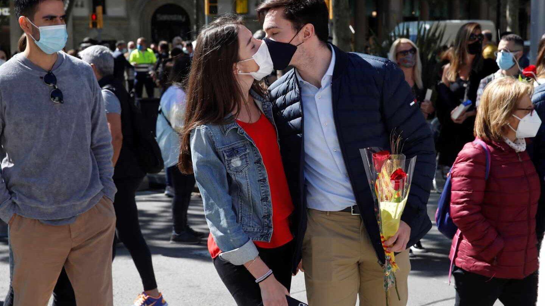 Barcelona se reencuentra con Sant Jordi bajo la mascarilla