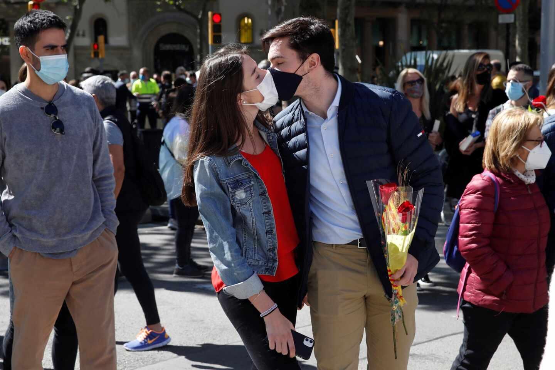 Una pareja se besa en el Paseo de Gracia en la celebración de Sant Jordi