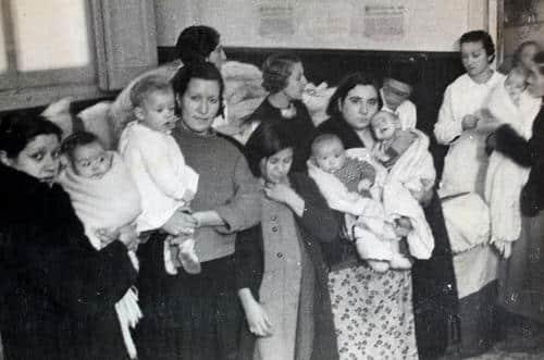 Cola para el reparto de leche en polvo durante la II República. Esta fotografía salió publicada en portada en el diario El Mundo Obrero.