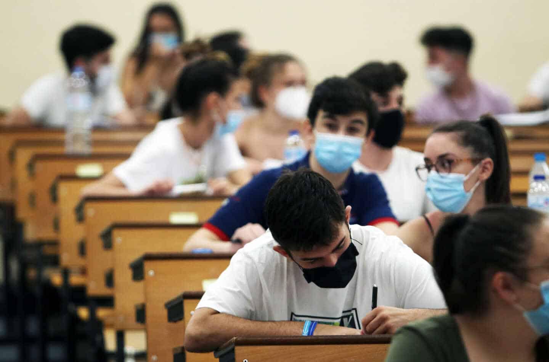 Estudiantes se agolpan en la facultad de Medicina a la espera de ser llamados para la realización de las pruebas de Evaluación para el acceso a la Universidad