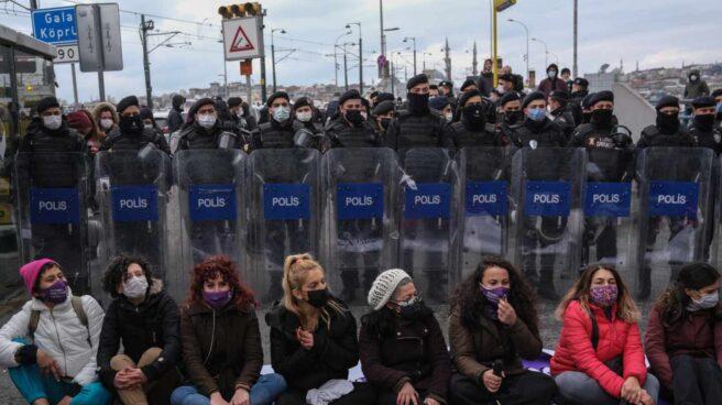 Un grupo de mujeres protesta en Estambul por la retirada del Convenio de Estambul