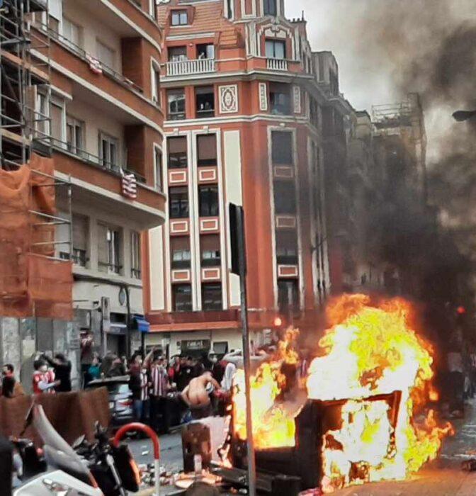 Aglomeraciones, caos y ataques a la Ertzaintza en Bilbao