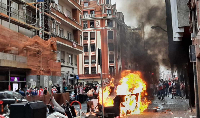Aficionados del Athletic destrozan mobiliario urbano en Bilbao horas antes de la final de la Copa del Rey.