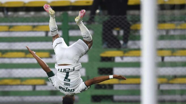 El futbolista Ronielson da Silva de Palmeiras celebra un gol hoy, en el partido de ida de la Recopa Sudamericana entre Defensa y Justicia y Palmeiras