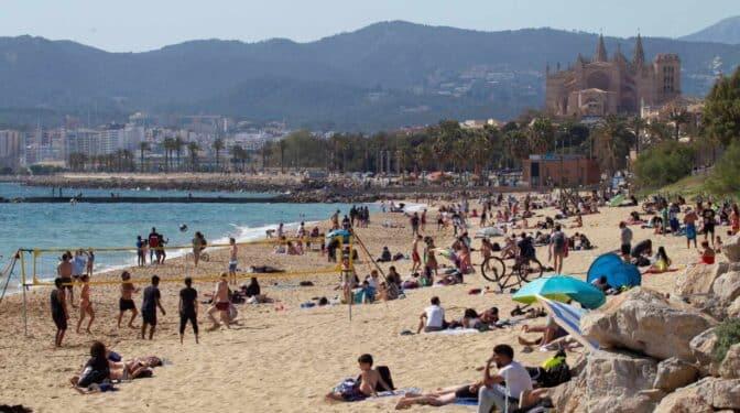 El reto de vacunar a 18 millones de españoles durante las vacaciones de verano