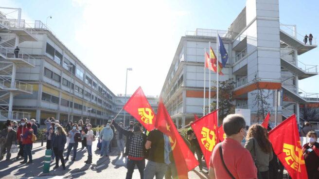 Banderas del PCE en una concentración de la plataforma Vallekas por lo Público.