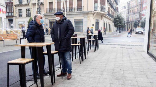 Un par de clientes conversa en la terraza de un bar en Valladolid.