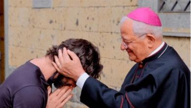 """""""Me he enamorado"""": un cura cuelga la sotana en plena misa"""