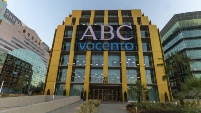 Vista del edificio de Vocento ABC en Josefa Valcarcel 40B con el logo de ABC Vocento en la pantalla