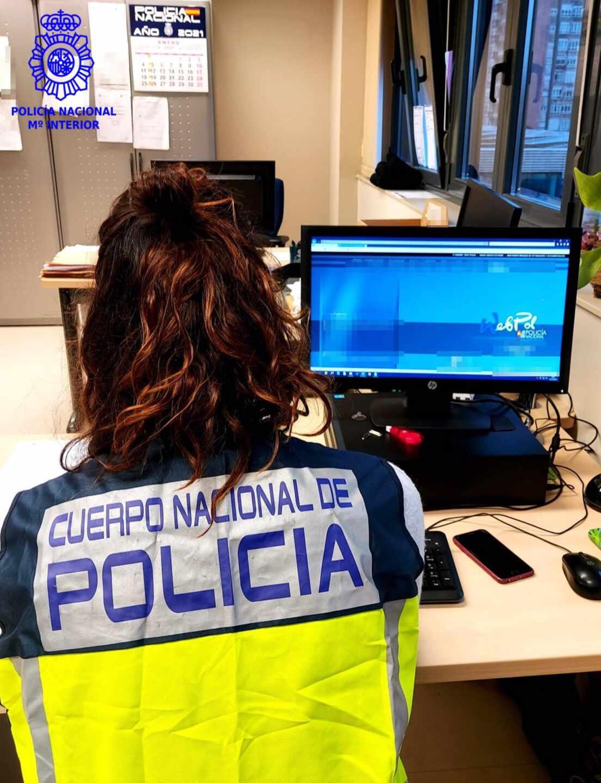 Agente de la Policía Nacional ante un ordenador