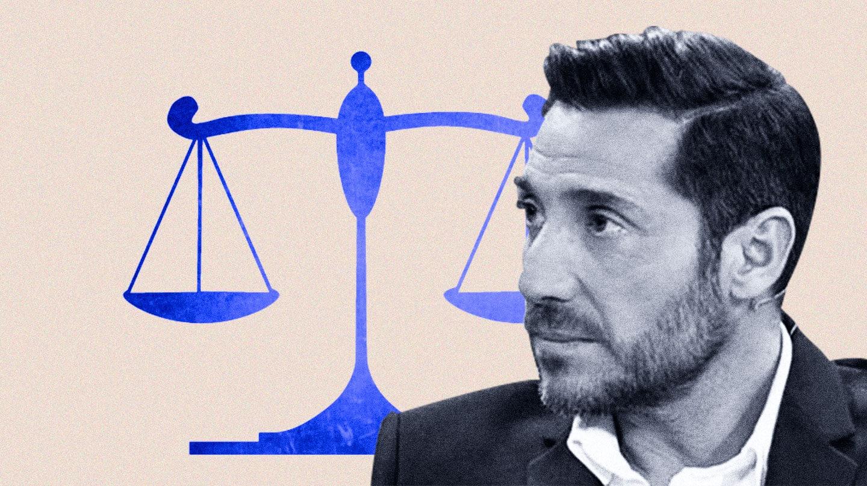 Imagen de Antonio David Flores con una balanza judicial de fondo