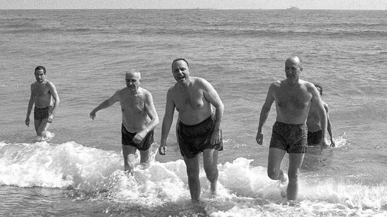 Foto de archivo de 1966 del ministro de Información y Turismo, Manuel Fraga (2-d), y el embajador de EEUU en España, Angier Biddle Duke (d), bañándose en la playa de Palomares, en Almería.