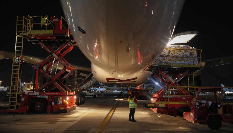 Descarga de material sanitario en un avión procedente de China en la primera ola de la pandemia.