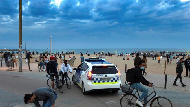 Aspecto del paseo y la playa de la Barceloneta el sábado de Semana Santa.