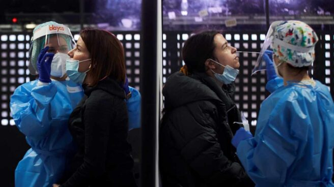 Dos sanitarias realizan test de antígenos en Barcelona.