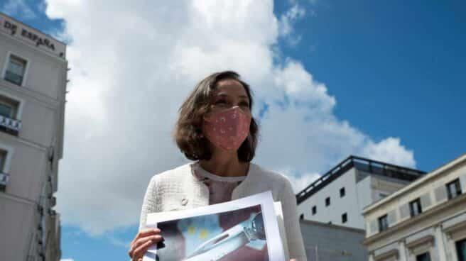Reyes Maroto muestra una fotografía de la navaja recibida por carta.