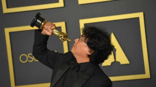 El director de Parásitos, Bong Joon-Ho posa con su premio Óscar