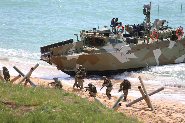 La lancha patrullera de alta velocidad de la Armada rusa Raptor (Proyecto 03160) y militares rusos durante el escenario principal de la ejercicio mixto de las Fuerzas Armadas de Rusia en el polígono de Opuk en Crimea