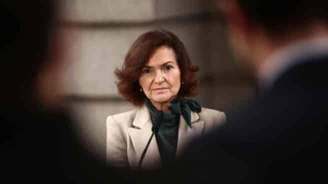 La vicepresidenta primera del Gobierno, Carmen Calvo, responde a los medios en el Congreso.